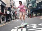 Ko Hyojoo brázdi ulice Soulu na longboarde