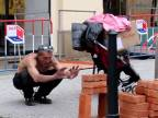 Pražský bojovník s tehlami