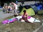 Opití páni stavajú na festivale stan