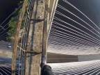 Mladík a jeho prechádzka na vrchol mostu