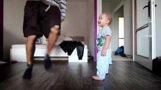 Otec učí syna breakdance