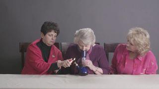 Americké babky fajčia prvýkrát marihuanu