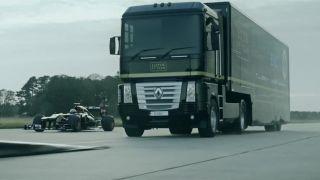Prejazd F1 monopostu popod kamión