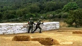 Čínsky vojak sa učí hádzať granát