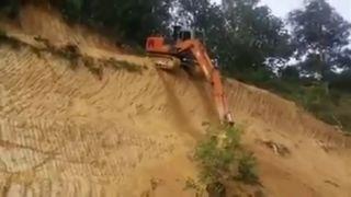 Pásovým rýpadlom zo strmého kopca