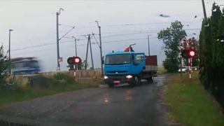 Vlak nabral nákladné auto v plnej rýchlosti (Poľsko)