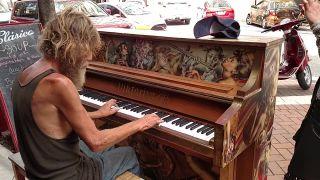 Bezdomovec zahral emotívnu skladbu na piane