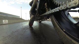 Reťaz motorky pri akcelerácii na 340 km/h