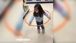 Prvýkrát skúsila hula hoop obruč