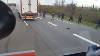 Rozzúrený maďarský kamionista vs. utečenci v Calais