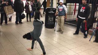 Jednonohá breakdancerka Roya (USA)