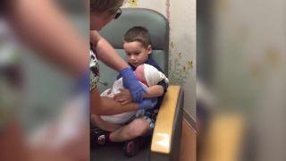 Podrž si svojho malého bračeka!
