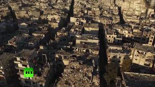 Prelet nad zničeným sýrskym mestom Homs
