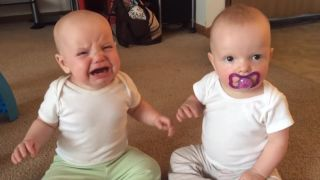Dve bábätká a jeden cumlík