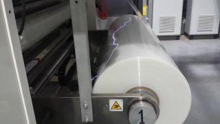 Statická elektrina generovaná rolkou fólie