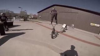 Macher a jeho jazda na riadidlách bicykla!