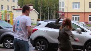 Rozzúrená frajerka sa prišla pomstiť priateľovi (Rusko)