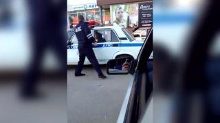 Vylez von z toho auta, pán policajt! (Rusko)