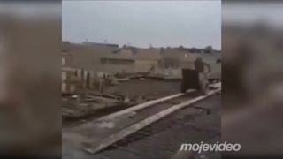 Ako s robotníkom fúrik s betónom vybabral
