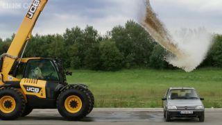 4000 litrov vody vs. Peugeot 205