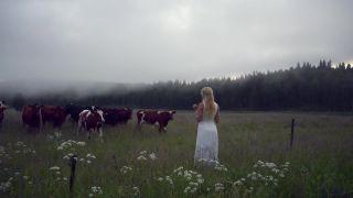 Páslo dievča kravy