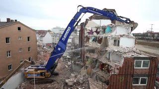 Búranie domu s CAT 390D s 30-metrovým ramenom