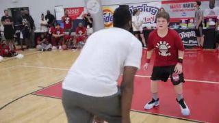 Basketbalista James Harden baví deti v tábore