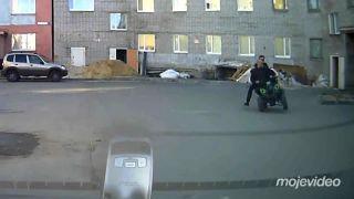 Podgurážení štvorkolkári na sídlisku (Rusko)