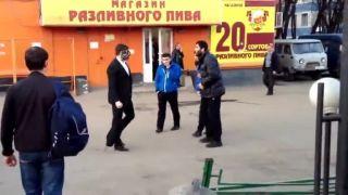 Traja moslimovia vs. Rus (pouličná potýčka)