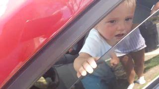 Kým nakupovali, dieťa nechali v aute! (USA)