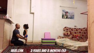 2-ročné dievčatko sa učí salto vzad!