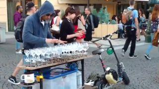 Hudobník hrá na vínových pohároch (Praha)