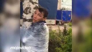 Opilci objímajú brezy, čerpajú energiu (Rusko)
