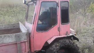 Ako Iváňuška svoj traktor s čiernymi fóliami rozmlátil