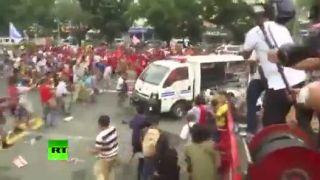 Policajné auto vs. demonštranti (Filipíny)