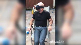 Chlap prvýkrát vyskúšal virtuálnu realitu (radiátor)