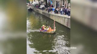 Verklikár s trúbkou v amsterdamskom kanáli