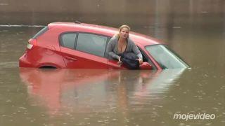 Blondína sa pokúsila prejsť autom cez