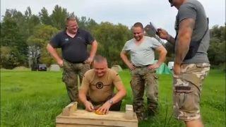 Nemeckí vojaci ochutnávajú špecialitu Surströmming