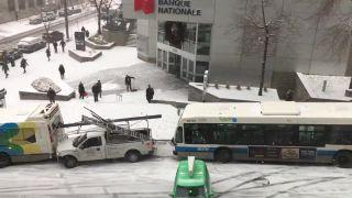 Cestári nestihli posypať vozovku (Kanada)