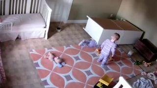 Dvojročný chlapček zachránil brata!