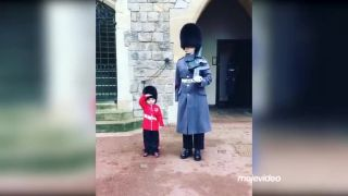 Najmenší fanúšik kráľovskej stráže!