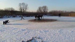 Poliaci sa sánkujú na zamrznutom rybníku