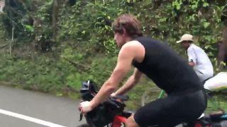 Starý pán potichu predbehol profi cyklistov