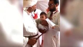Dieťaťu rozrežú hlavu dýkou (moslimský ceremoniál)