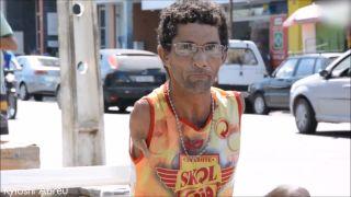 Bez rúk vyrába na ulici hračky pre deti (Brazília)