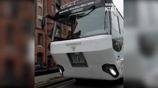 Obojživelný autobus brázdi hamburský prístav
