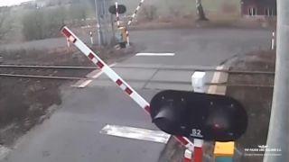 video Na niektorých ani sklopená rampa nezaberá (Poľsko)