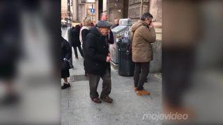 Jazzová kapela roztancovala starčeka (Bologna)