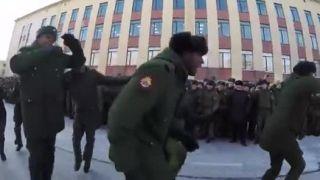 Ruskí vojaci vítajú kolegov z Angoly